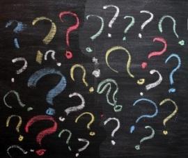 14287488-punti-interrogativi-sulla-lavagna-la-decisione-confusione-faq-o-altro-concetto-scrittura-a-mano-con-